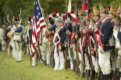 Amerikanische Patriotsoldaten zeichnen Auslieferungs-Straße am 225. Jahrestag des Sieges bei Yorktown, eine Wiederinkraftsetzung  Stockfoto