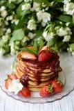 Amerikanische Pfannkuchen mit Erdbeermarmelade stockbilder