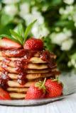 Amerikanische Pfannkuchen mit Erdbeermarmelade stockbild