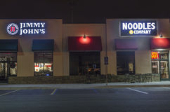 Amerikanische Restaurantketten im Gewerbegebiet nachts stockfoto