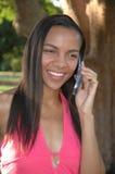 Amerikanische Schönheit am Telefon Stockbilder