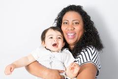 Amerikanische schwarze junge Mutter spielt mit einem Baby Eine Frau spielt mit Mischrassekind Lizenzfreies Stockfoto