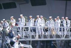 Amerikanische Seeleute, die Schiff ausschiffen und nach Hause vom Meer zurückkommen stockfotos