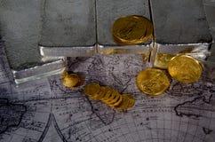 Amerikanische Silberbarren des Goldeagles u. auf Weltkarte Lizenzfreie Stockfotografie