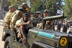 Amerikanische Soldaten auf einem Militärauto Lizenzfreies Stockbild