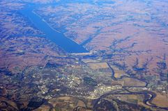 Amerikanische Stadt nahe großem Reservoir Lizenzfreie Stockfotografie
