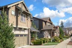 Amerikanische Straße mit schönen Häusern lizenzfreie stockbilder