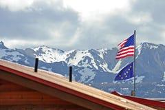 Amerikanische und alaskische Flagge Stockfotografie