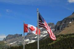 Amerikanische und kanadische Markierungsfahnen Lizenzfreie Stockfotos