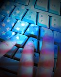 Amerikanische und russische Flaggen auf Programmierer Showing Hacking Stockbild