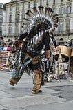 Amerikanische Ureinwohner, die in Straße tanzen Lizenzfreie Stockfotos