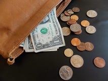Amerikanische Währung, die aus Geldbeutel heraus haftet Stockbild
