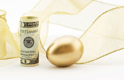 Amerikanische Währung mit Notgroschen- und Goldband Stockfotos