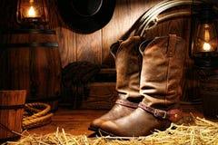 Amerikanische Westrodeo-Cowboystiefel in einem Ranch-Stall Lizenzfreies Stockfoto