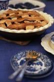 Amerikanischer Apfelkuchen auf einer blauen Tischdecke lizenzfreies stockbild