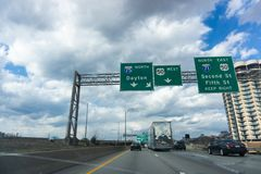 Amerikanischer Autoreiseschnappschuß nahe Cincinnati hinunter I-75 stockbild