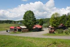 Amerikanischer Bauernhof, blauer bewölkter Himmel, USA Lizenzfreie Stockfotos