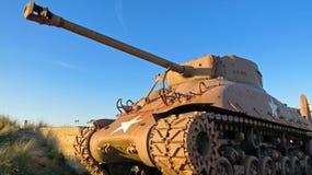 Amerikanischer Behälter WW2 M4 Sherman während des Sonnenuntergangs Stockfotografie