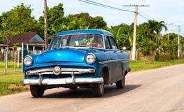 Amerikanischer blauer Oldtimer in Kuba auf der Straße Stockbild