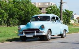 Amerikanischer blauer Oldtimer Kubas fährt auf die Straße Lizenzfreie Stockfotografie