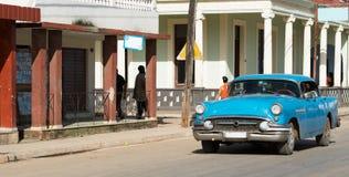 Amerikanischer blauer Oldtimer Kubas inland fährt auf die Straße Stockfotografie