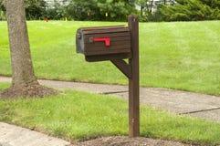 Amerikanischer Briefkasten us briefkasten mit flagge in der hohen position stockbild bild