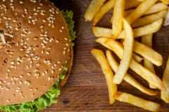 Amerikanischer Burger und Pommes-Frites auf einem hölzernen Brett Foto von der Spitze stockfoto