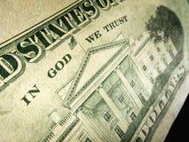 Amerikanischer Dollar im Gott vertrauen wir der hervorgehobenen Aufschrift Stockfotos