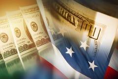 Amerikanischer Dollar und die Flagge Stockbild