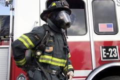Amerikanischer Feuerwehrmann in einem Sturzhelm und in einer Maske Stockfotos