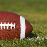Amerikanischer Fußball auf dem Feld Lizenzfreie Stockfotografie