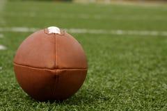 Amerikanischer Fußball auf dem Feld Lizenzfreies Stockfoto