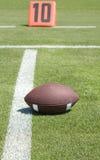 Amerikanischer Fußball auf Feld Lizenzfreies Stockfoto