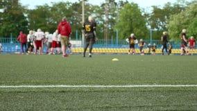 Amerikanischer Fußball Ausbildung, Laufen, spielend Glatter und langsamer Schieberschuß stock video