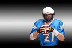 Amerikanischer Fußball des Konzeptes, Porträt des Spielers des amerikanischen Fußballs im Sturzhelm mit patriotischem Blick Schwa lizenzfreie stockbilder