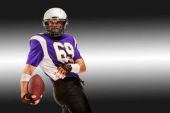 Amerikanischer Fußball des Konzeptes, Spieler des amerikanischen Fußballs mit Ball in der Hand Schwarzer weißer Hintergrund, Kopi stockfotografie