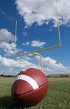 Amerikanischer Fußball mit Torpfosten Stockbild