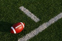 Amerikanischer Fußball nahe der Ausrichtlinie Stockbilder