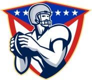 Amerikanischer Fußball-Quarterback-Wurfs-Ball Lizenzfreies Stockfoto