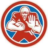 Amerikanischer Fußball-Spieler wehren weg den Retro- Kreis ab Stockbilder