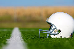 Amerikanischer Fußball-Sturzhelm auf Feld Stockfoto