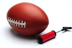 Amerikanischer Fußball und Pumpe Lizenzfreie Stockfotografie