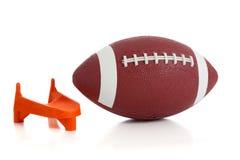 Amerikanischer Fußball und T-Stück lizenzfreie stockfotografie