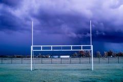 Amerikanischer Fußball-Ziel-Beiträge vor einem Sturm lizenzfreies stockbild