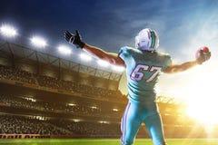 Amerikanischer Fu?ball Spieler des amerikanischen Fußballs in der Profisportarena stockfotos