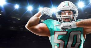 Amerikanischer Fu?ball Spieler des amerikanischen Fußballs in der Profisportarena stockfoto