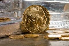 Amerikanischer Goldbüffel mit Silberbarren im Hintergrund Lizenzfreie Stockbilder