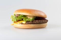 Amerikanischer Hamburger auf weißem Hintergrund stockbild