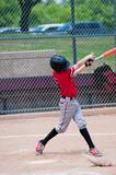 Amerikanischer jugendlich Baseball-Spieler, der den Schläger schwingt Lizenzfreie Stockfotos