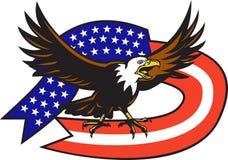 Amerikanischer kahler Adler, der mit USA-Markierungsfahne schreit Stockbild